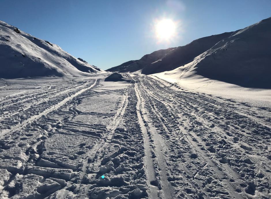Fredag 12.2: Ferdig med stigning etter Øvre Jordalsvatnet.  her er vintertraseen øst for sommertraseen.