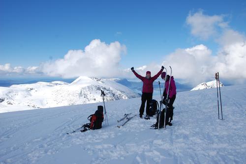 Frå toppen av Ulvanosa, 1247 moh. er det fritt og vidt utsyn. Trude Sundsteigen og Ann Helen Aasen nytte utsikten, nysnøen og fantastisk nedkøyring.