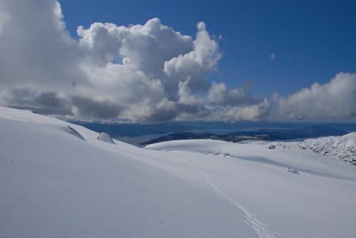 På veg oppover mot Ulvanosa kan ein sjå seg tilbake og nyta utsikten over Sunnhordland frå fjord til fjell.