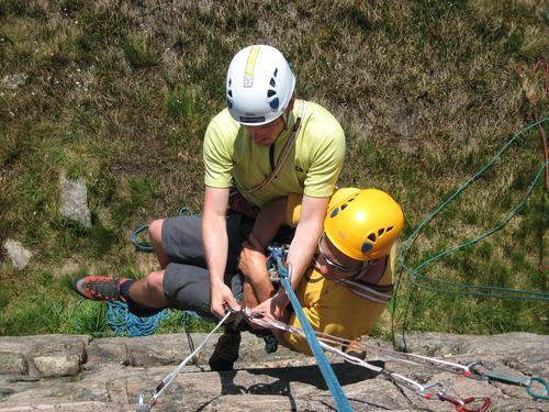 På et kameratredningskurs lærer du hva du gjør om uhellet er ute på klatretur.