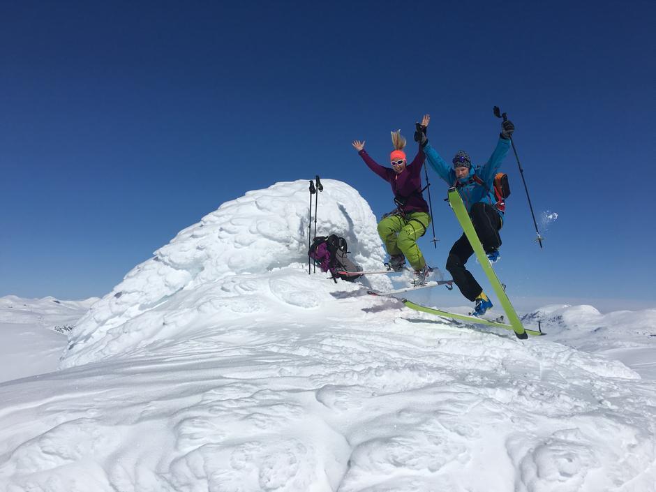 TOPPTURMEKKA: Nok av snø og høye turmål å velge i rundt Gjendesheim - og randoneeski med skredutstyr og skifeller kan du leie på hytta.