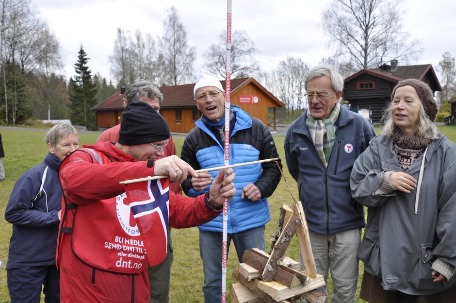 Dag Olav måler høyden på bålene!