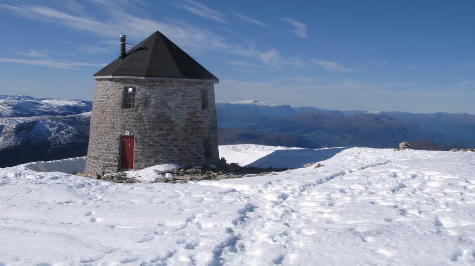 Søndag 22.9: Skålatårnet. Snø, men godt besøkt i helgen.