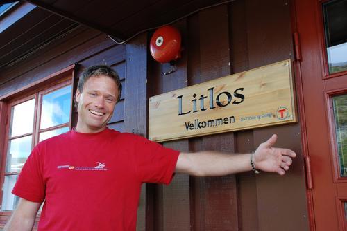 Bestyrar Jarle ynskjer velkomen til Litlos. Fotograf: Sverre A. Larssen
