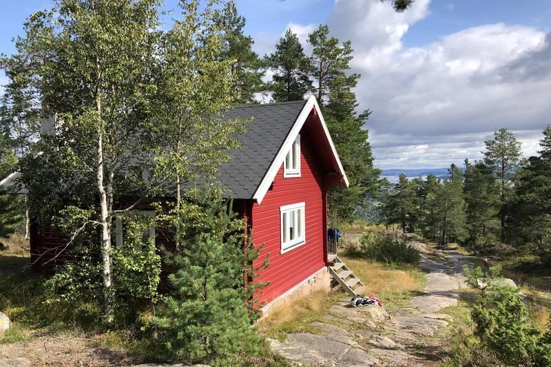 Wentzelhytta på toppen av Vardåsen er nå klar for booking. Herfra har du flott utsikt mot fjorden.