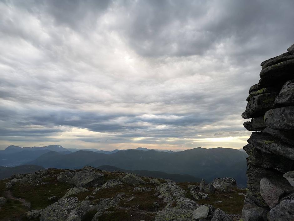 Fin utsikt frå Tindefjellet den 24. juli.