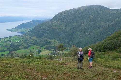 Turen startar på Naterstad og går gjennom skogsterreng til terrenget opnar seg og ein vert løna med vidt utsyn over Guddal.