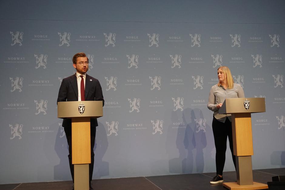 Klima- og miljøminister Sveinung Rotevatn og olje- og energiminister Tina Bru på dagens pressekonferanse hvor det ble lagt frem stortingsmelding om vindkraft på land.