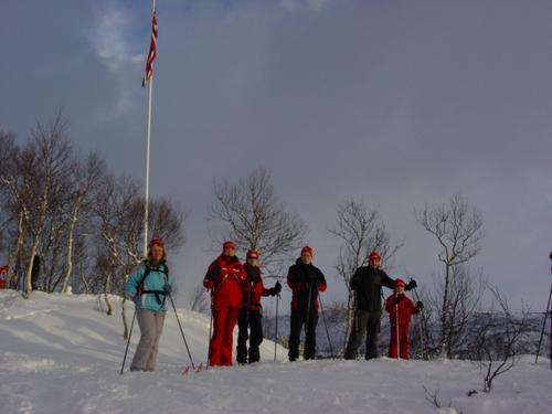 Ungdommer samlet ved Erlingbu i Bodømarka