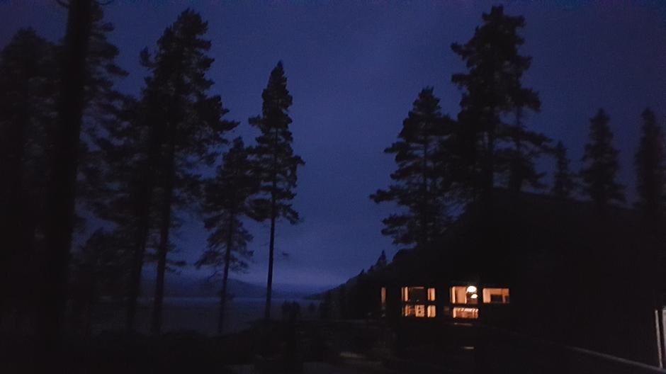 Fønhuskoia er lys og trivelig med store vinduer og fantastisk utsikt mot Strøen.
