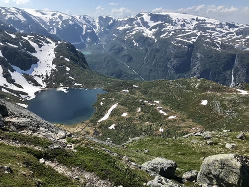 Langs turistvegen opp mot Gjeldfeskaret. Botnavatnet ovanfor Gardshammar.