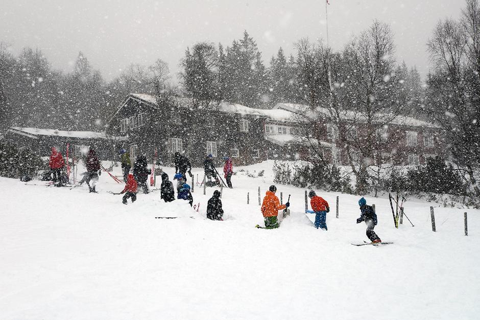 ALLE ER MED: Utenfor Gjevilvasshytta i Trollheimen er det høyt tempo og stor aktivitet når tre generasjoner anlegger hoppbakke.