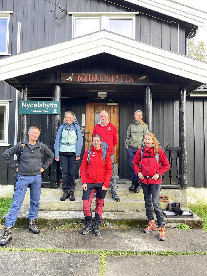 Blide turledere med kursbevis i sekken omkranser kursholder Stig E. Roberg foran Nydalshytta.
