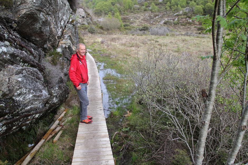 Nå kan Reidar Vorland og andre gå tørrskodd over myren.