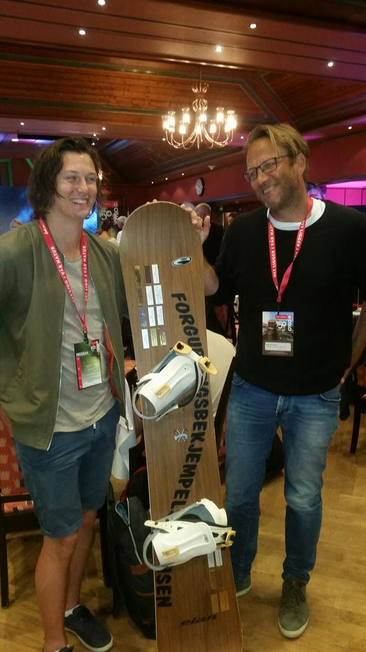 """Vi vant prisen """"Forgubbingsbekjempelsesprisen"""". Her Mats og Niels med snowboardet."""