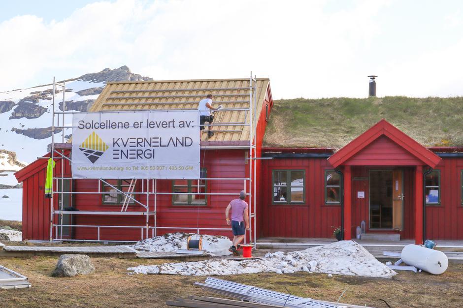 HEKTISK: Kverneland Energi har montert solstrømanlegget de siste ukene.