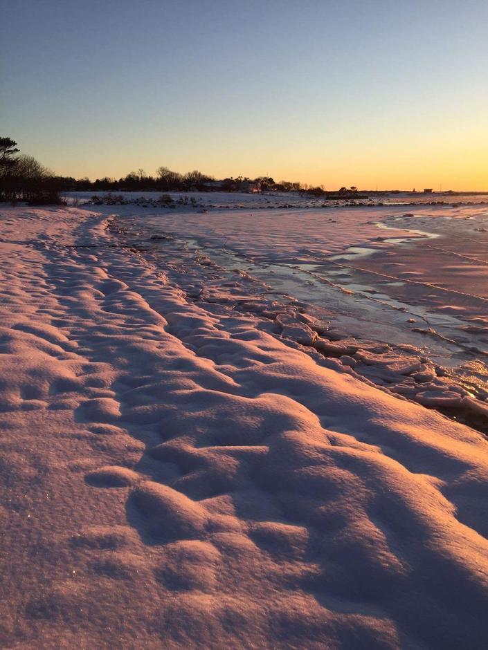 Snø og is på stranda