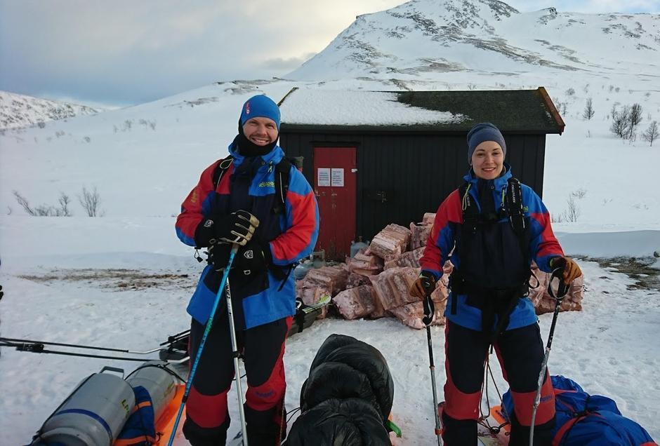 Transportdugnad til Trollvassbu vinteren 2020. Her er det Christopher og Caroline Haug som trekker ved på pulk det siste stykket fram til hytta..