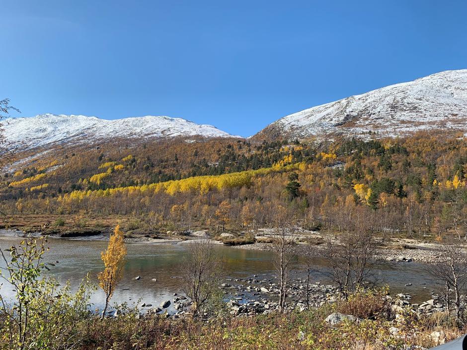 Høst i Breheimen. 15. oktober er det et snødryss nede i dalen også.