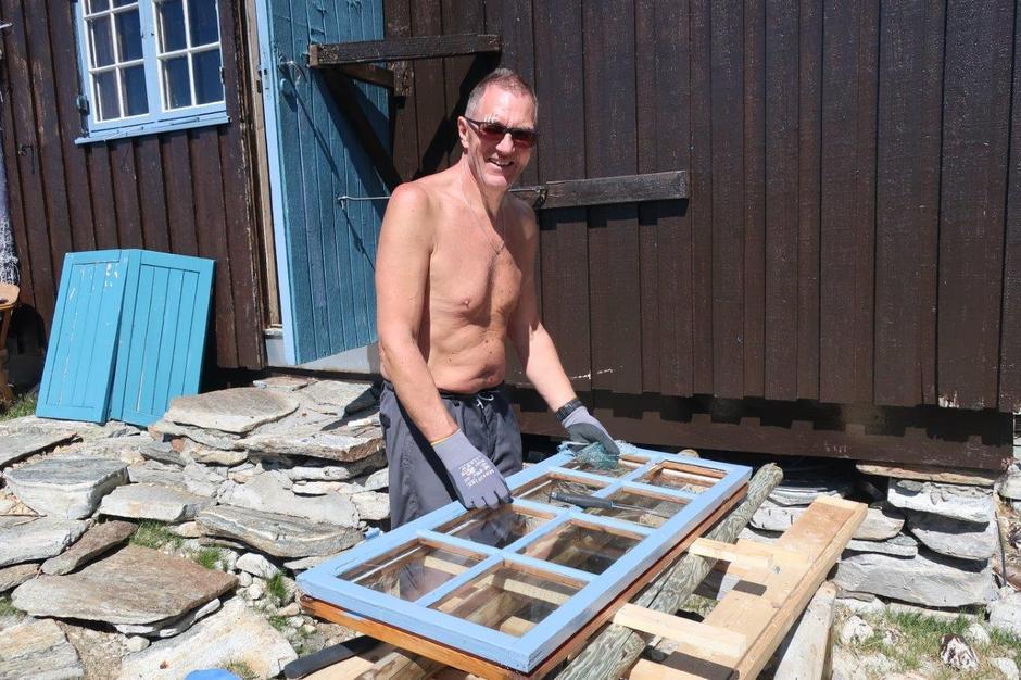Kitting av vinduer på Åmotdalshytta