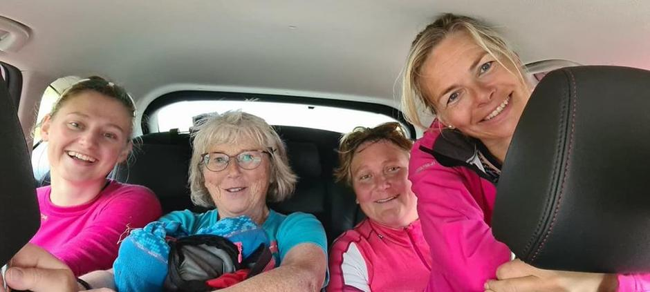 Heldige damer som fekk skyss nedatt Steinfjellsvegen.