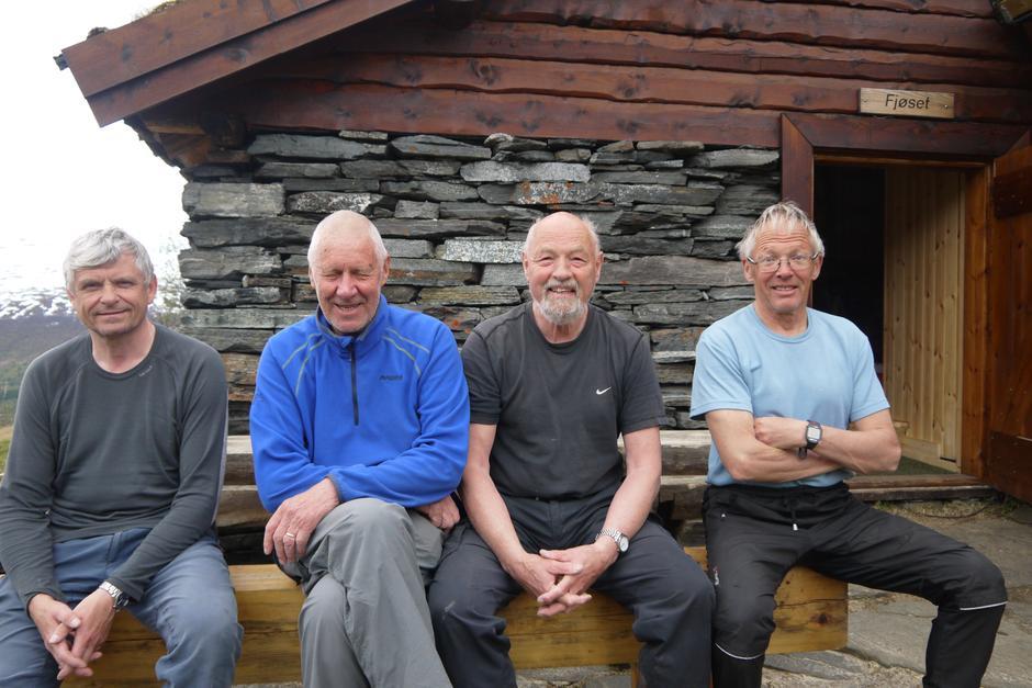 Glade dugnadsgutter  på siste dugnad på Vollasetra. Fra venstre Finn Nikolaissen, Hans Eivind Olsen (tilsyn sammen med Torill Gaupset), Eirik Gudmundsen og Arnt Eilertsen. Foto: Per Gaupset