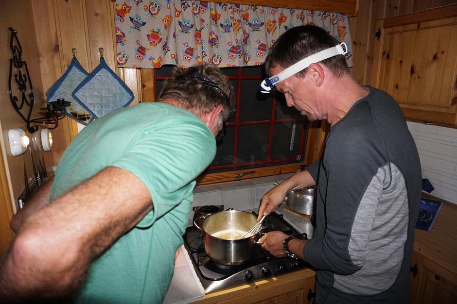 Dugnadsmiddag på kok, og Magnar lurer på hva Knut Charles har i gryta.