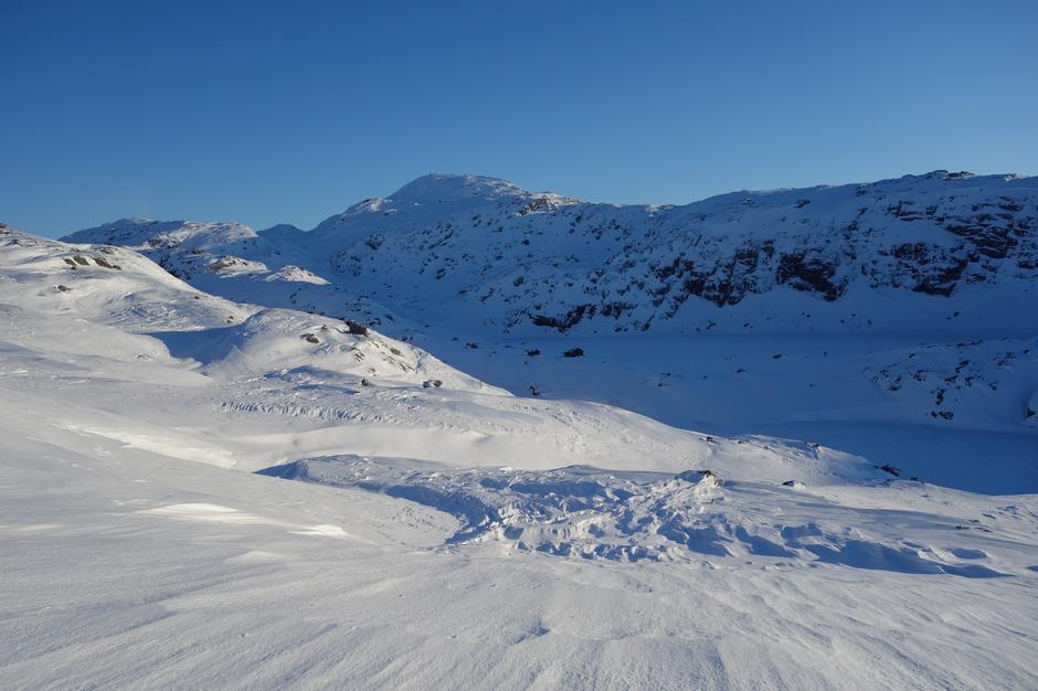 Lørdag 2.2: Vardadalsbu i Stølsheimen. Elhusfjellet (1206 moh) i bakgrunnen.