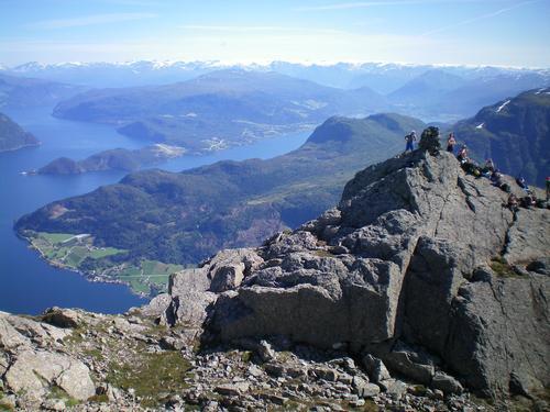 Hyeneshesten mot aust (Nordfjorden, Hestenesøyra, Anda, Sandane lufthamn, Vereide og Sandane)