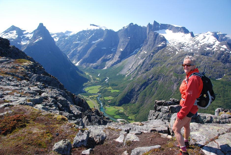 På Romsdalseggen, med utsyn ned i Romsdalen, mot Romsdalshornet (t.v.) og Trollveggen/Trolltindene