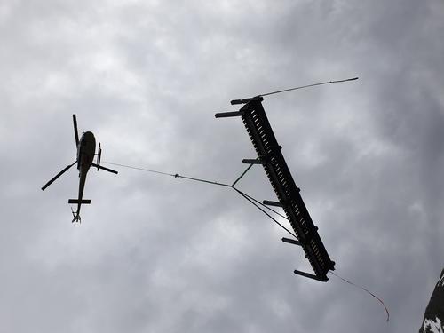 Bruelementer flys inn med helikopter