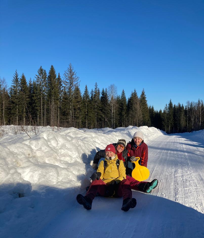Hvis forholdene tillater det, er det kjempegøy å ake ned veien fra Sinober, mener turlederne Kari, Gry og Anne