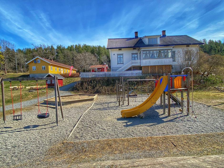 Breivoll Gård med lekeplass for de små.