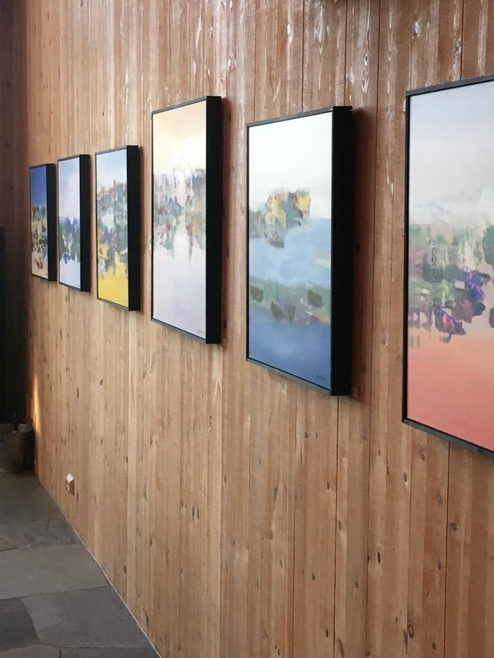 For tiden selges malerier av Jan Kristoffersen på låven.