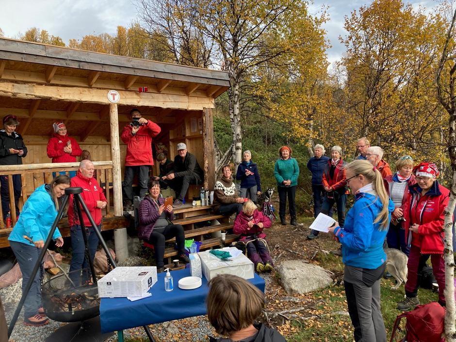 Triveleg stund med taler, servering og prat framfor Flikja-Huken