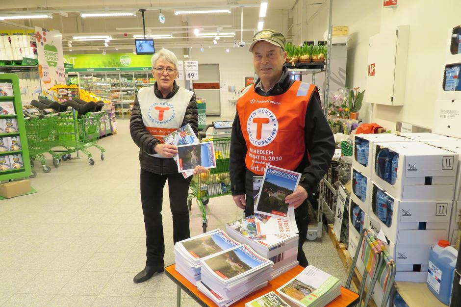 Solveig Finstad og Arne Fosse deler ut kurskatalog