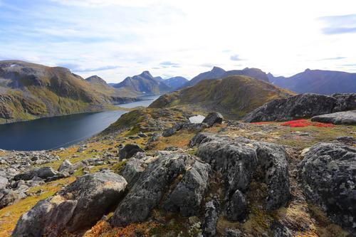Her starter turen opp på Roalden. Midt i bildet Innhesten og Stormoa.