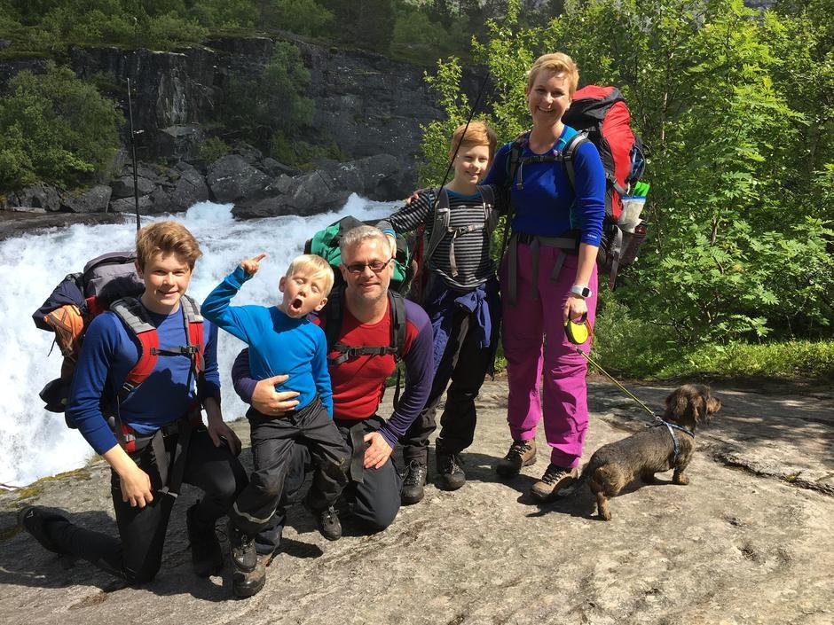 Her er familien Haugen:  Amund (18), Eilif (8), pappa Terje, Christian (14), mamma Lene med hunden Bolt på vei til Reindalseter.