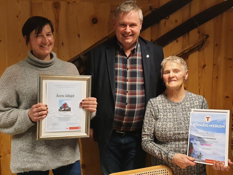 Styreleder i TT, Kjell Fordal, kunne stolt dele ut Ildsjelprisen til Tove Strickert (tv) og Innbudt livsvarig medlemskap til Mildrid Solemsli (th).