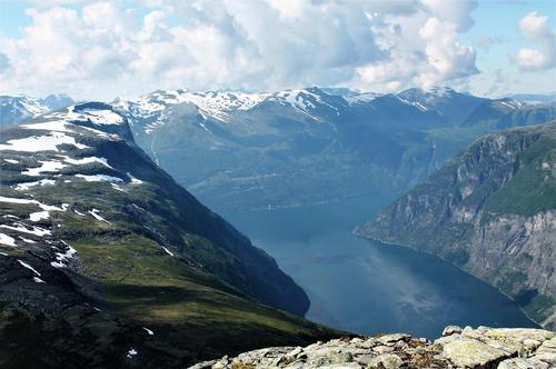 Utsikt frå Slettfjellet ut fjorden med Nokkenibba (1380 moh), og gardane Ljøen, Lundanes og Matvik