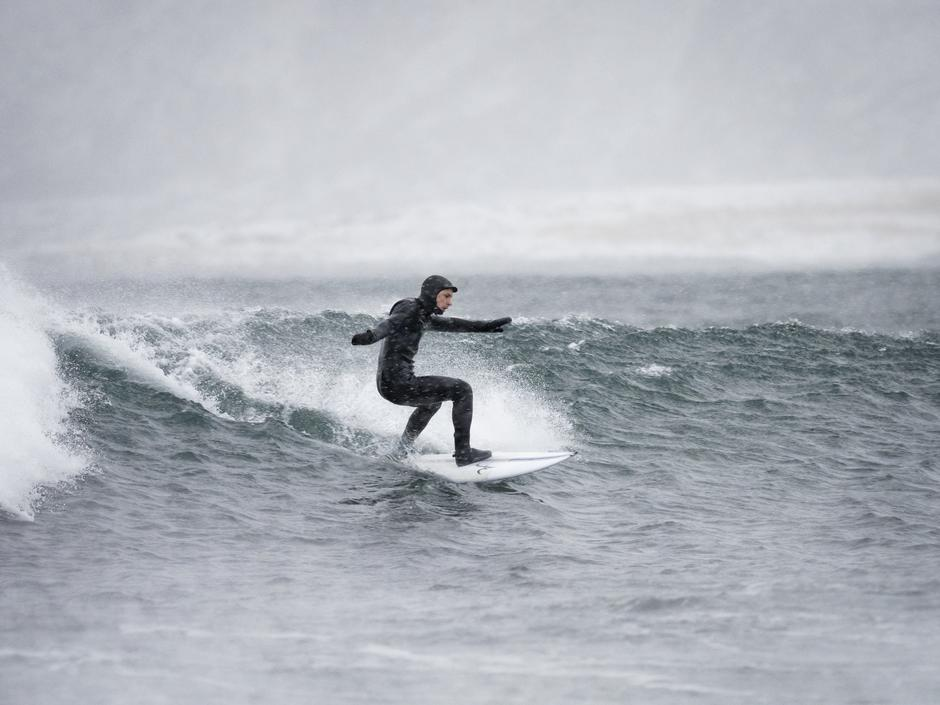 Bølgesurfer Anders Stave møter du i årets DNT årbok.