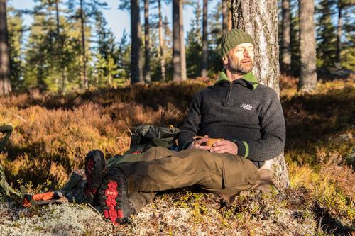 Søndagstur på Finnskogen. Strålemde høstvær med rim i lyngen. På bildet er innsenderen.
