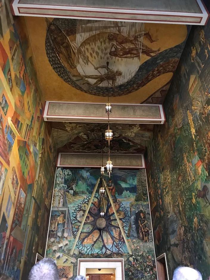 Med fresker malt av kjente malere, blant annet Arnstein Arneberg