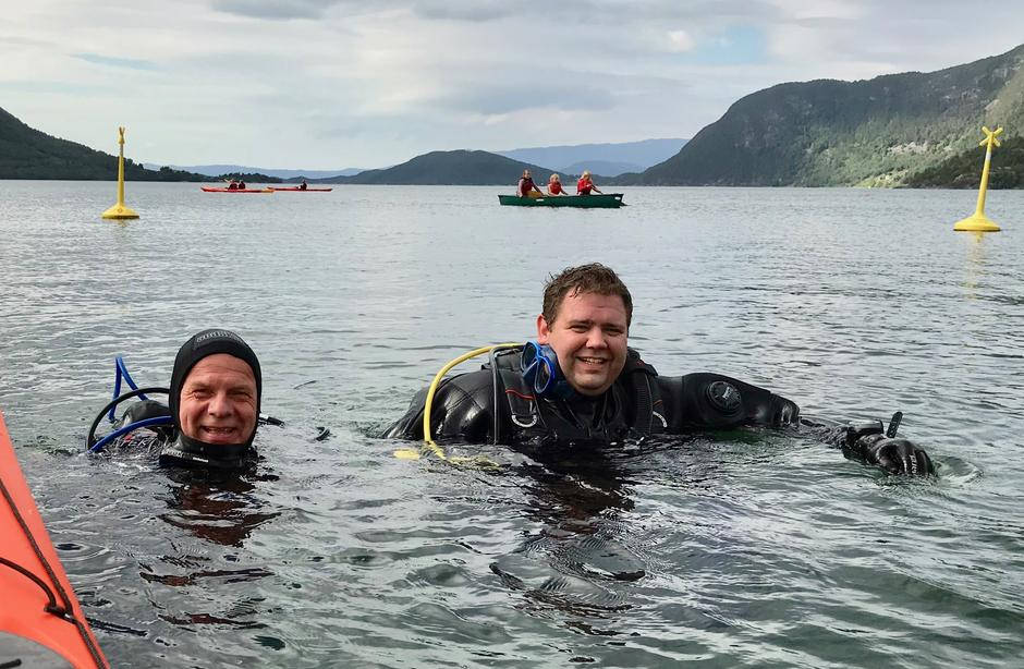 Dykkarar frå Kvinnherad undersvannsklubb viser fram sin aktivitet og har henta opp godsaker frå sjøbotnen.