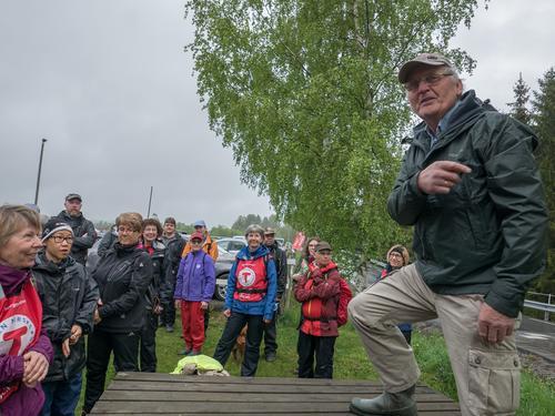 Erik Aaraas ledet følget på 61 personer gjennom ravinelandskapet i søndre Nittedal