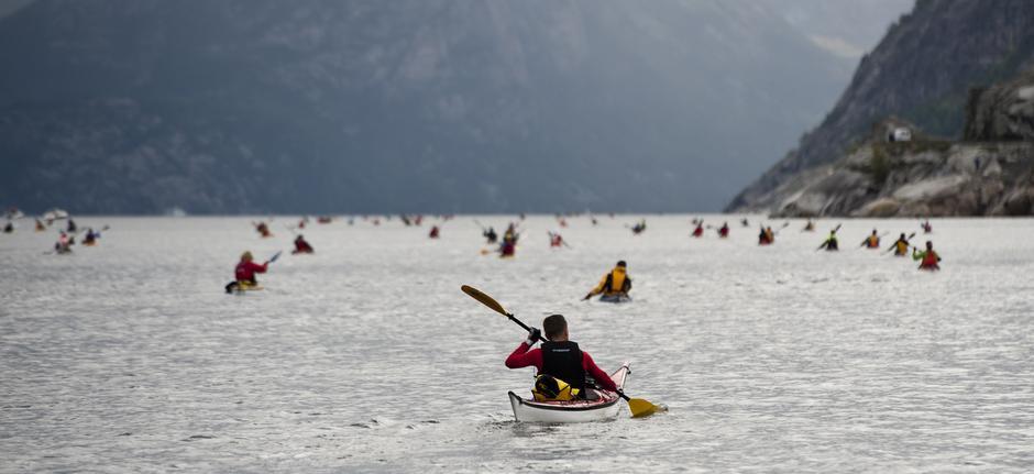 Vi trenger følgebåter som kan passe på padlerne over Lysefjorden.