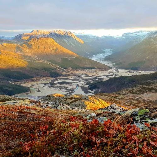 Utsikt mot Innerdalen på tur ned fra Flånebba (Sunndal). En nydelig novemberdag.Foto: Vigdis Rodal.
