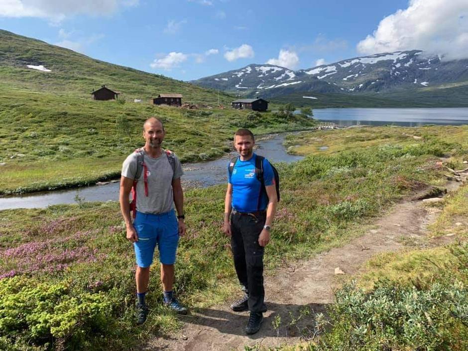 Frode Støre Bergrem i TT og Rolf Jarle Brøske i SpareBank1 SMN på befaring ifm byggestarten av nye Ramsjøhytta.