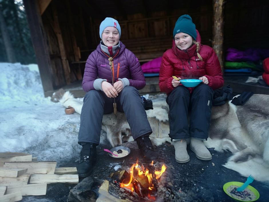 Fornøyde jenter på vinterovernatting i -15 grader