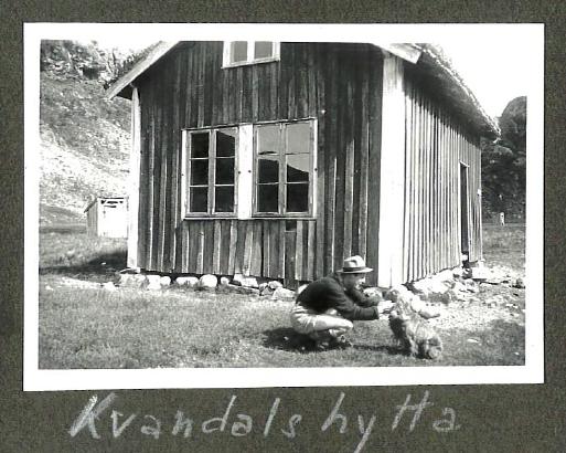 Hytta ble bygd i 1898. På bildet fra 1947 og har hytta fremdeles original kledning og vindu.